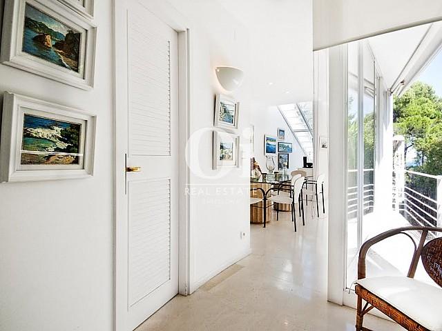 Grand couloir dans une maison de luxe en vente à Barcelone