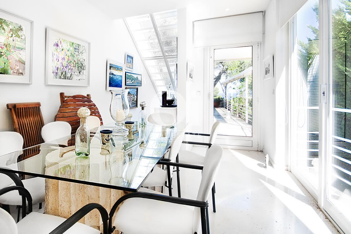 Вид солнечной гостинной-столовой в роскошном доме на продажу на Коста Брава