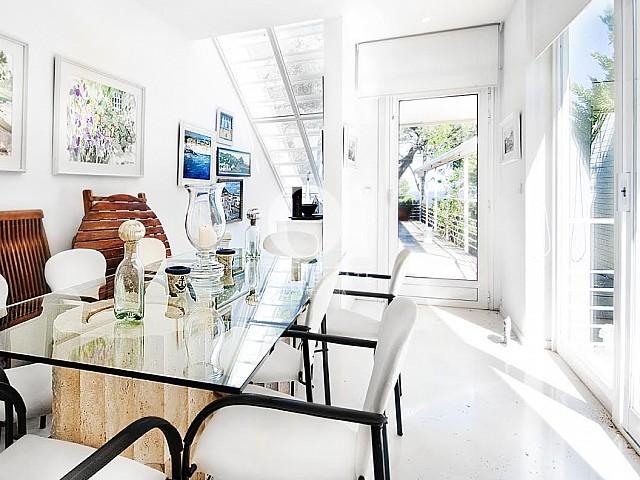 Grande salle à manger dans une maison de luxe en vente à Barcelone