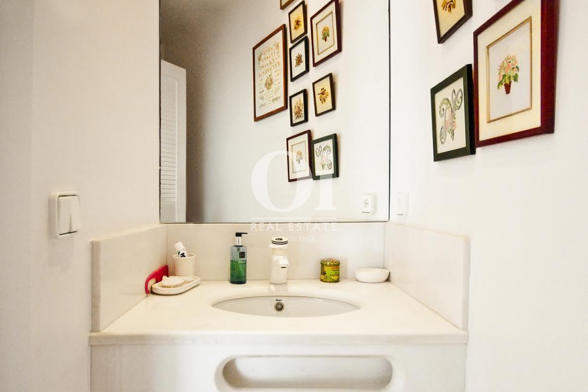 Salle de bain complète dans une maison de luxe en vente à Barcelone