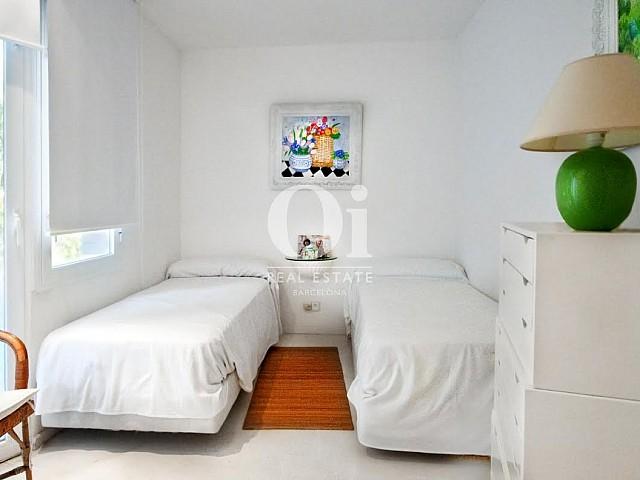 Dormitorio con dos camas de casa en venta en Begur