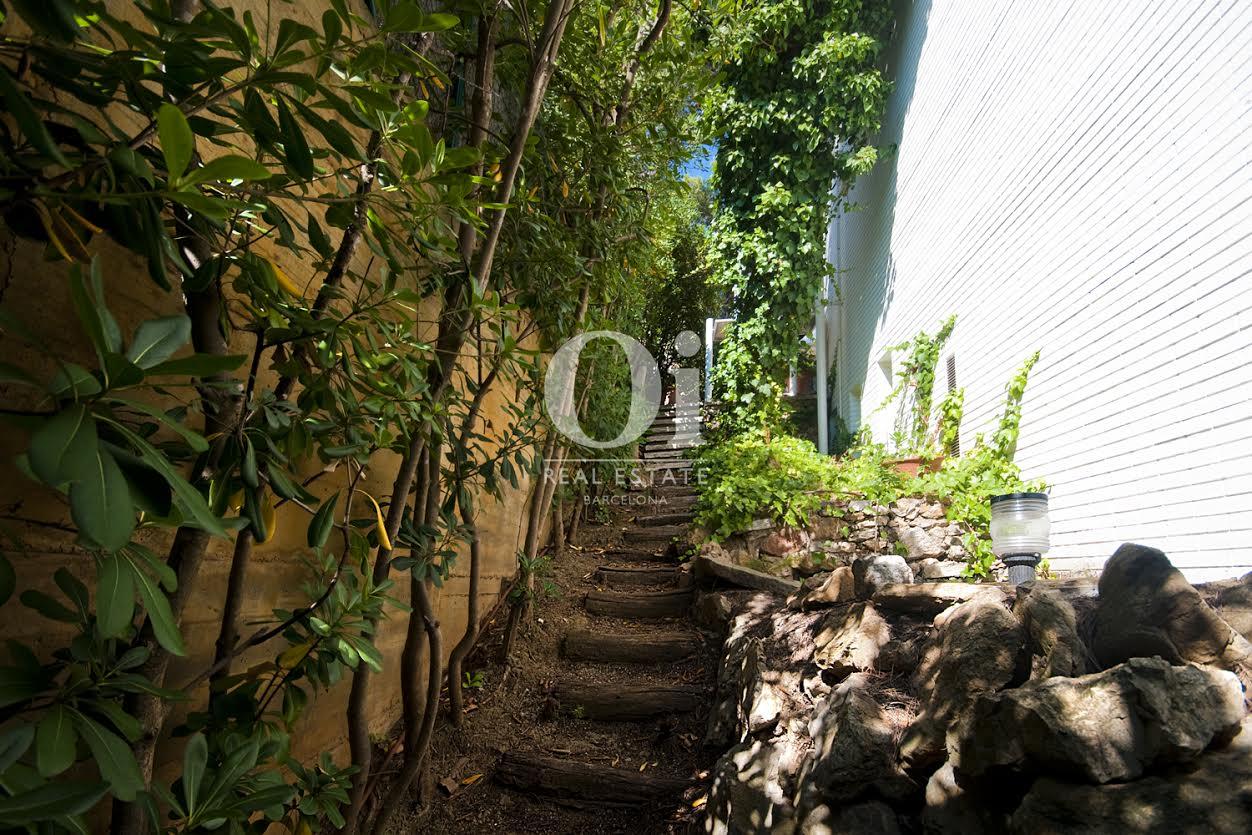 Part lateral de la casa amb escales d'accés