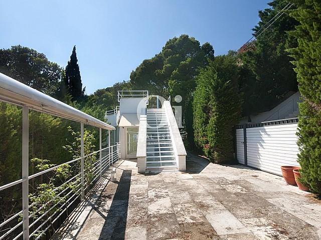 Grande terrasse ensoleillée dans une maison de luxe en vente à Barcelone