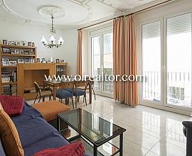 Pis en venda actualitzat amb bonics sostres al barri Gòtic