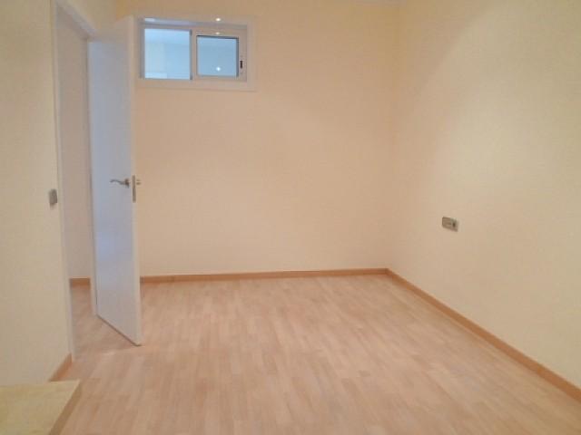 Grande pièce dans un appartement à louer à Barcelone