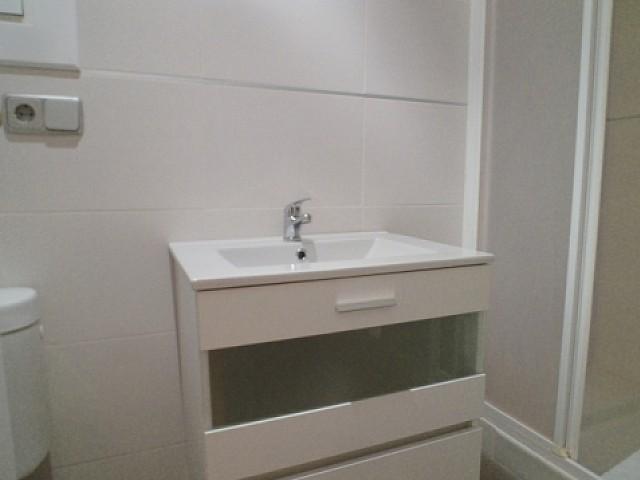 Вид ванной комнаты с душем в отремонтированной квартире в аренду в Барселоне, Эшампле