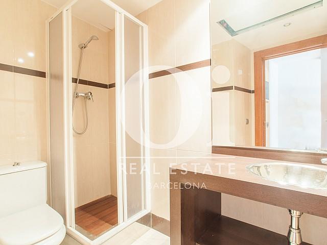 vista de baño en estudio para alquilar en Barcelona,
