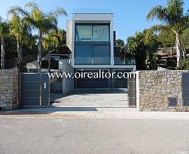 Espectacular villa minimalista en venta junto al club de golf Terramar, Sitges