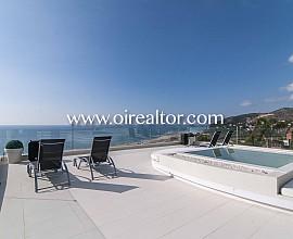 Magnífica casa en venta suspendida sobre el mar en Castelldefels, Maresme