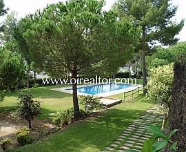 Casa adosada en venta con piscina comunitaria en Castelldefels