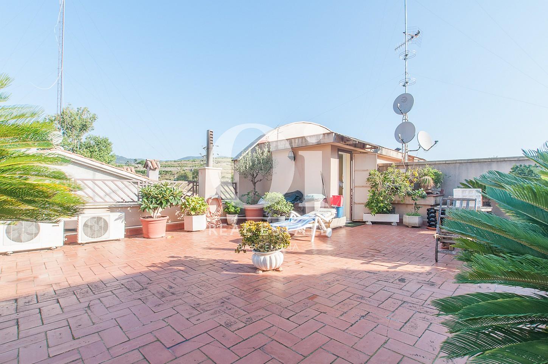 Вид солнечной террасы в прекрасном доме на продажу в Mongat, округ Tiana, зона Maresme