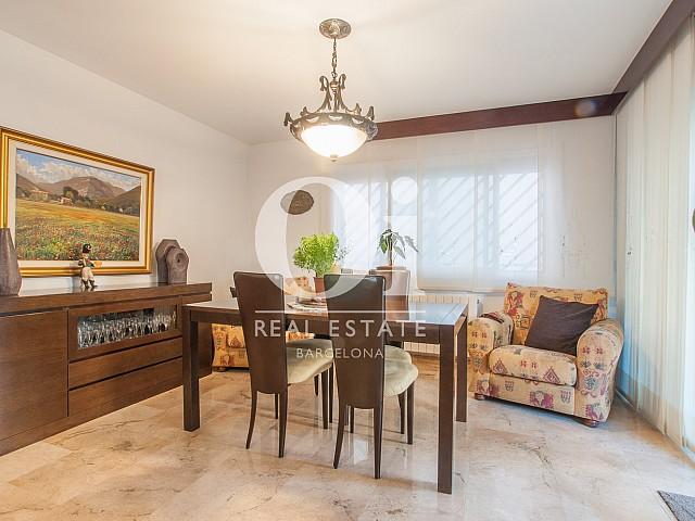 Вид просторной гостинной-столовой в прекрасном доме на продажу в Mongat, округ Tiana, зона Maresme