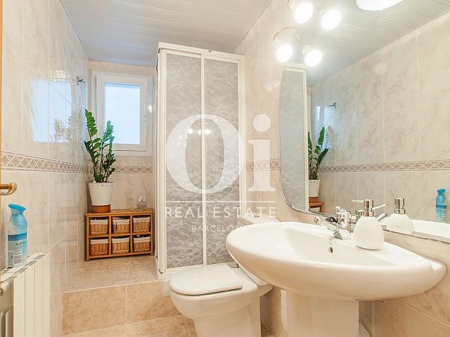 Salle de bain complète dans une maison en vente à Mongat