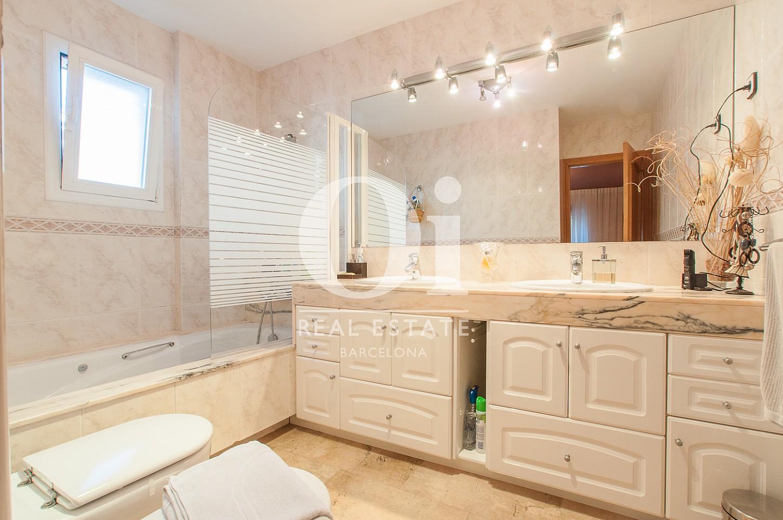 Belle salle de bain complète dans une maison en vente à Mongat
