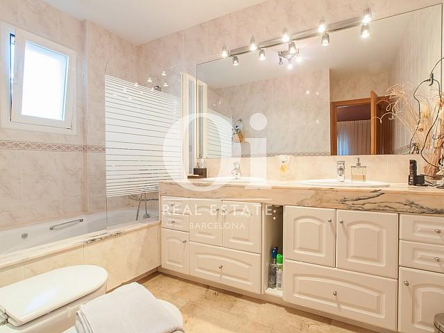 Вид изумительной ванной комнаты в прекрасном доме на продажу в Mongat, округ Tiana, зона Maresme
