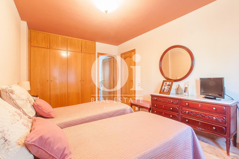 Dormitorio con dos camas de casa en venta en Montgat, Maresme, Barcelona