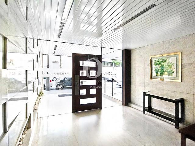 Grande entrée dans un appartement duplex en location à Barcelone