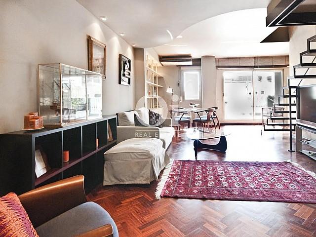 Spacieux salon dans un appartement duplex en location à Barcelone