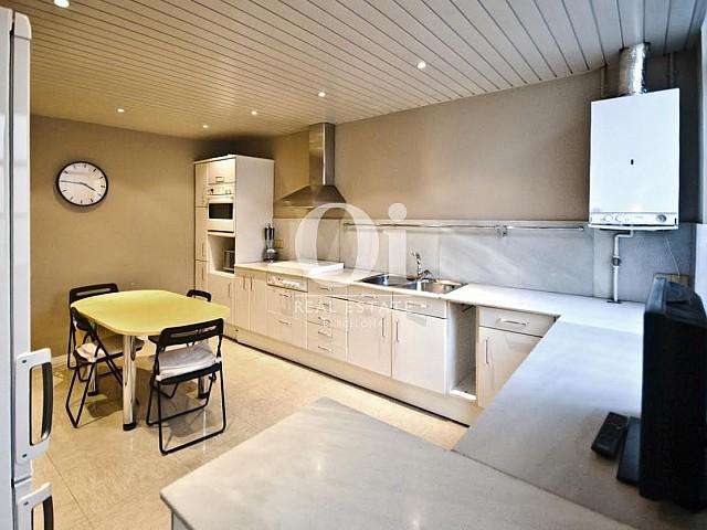 Cuisine moderne et équipée dans un appartement duplex en location à Barcelone