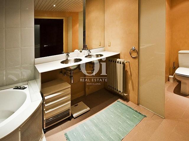 Belle salle de bain complète dans un appartement duplex en location à Barcelone