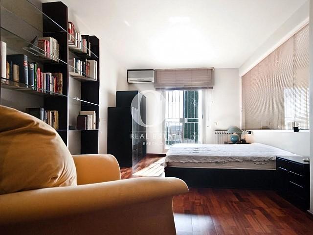 Grande et lumineuse chambre double dans un appartement duplex en location à Barcelone