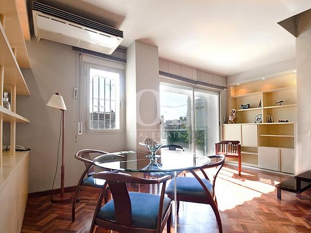 Lumineuse salle à manger dans un appartement duplex en location à Barcelone