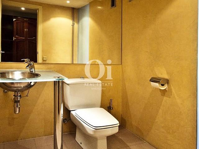 WC dans un appartement duplex en location à Barcelone