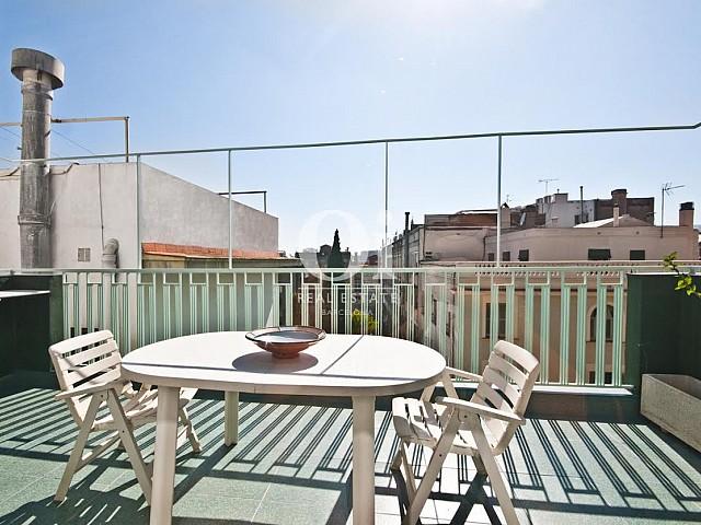 Terrasse très ensoleillée dans un appartement duplex en location à Barcelone