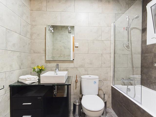 Belle salle de bain complète dans un appartement de rêve à louer à Poble Sec