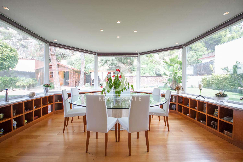 Menjador amb grans finestrals