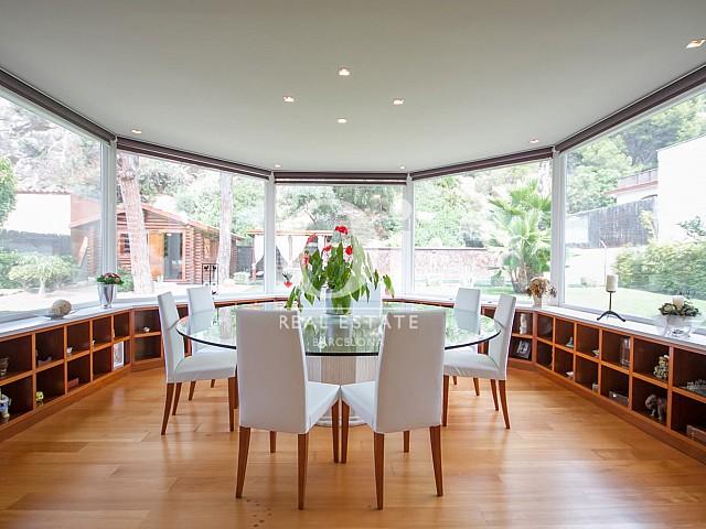 Вид столовой в великолепном доме на продажу в Sitges