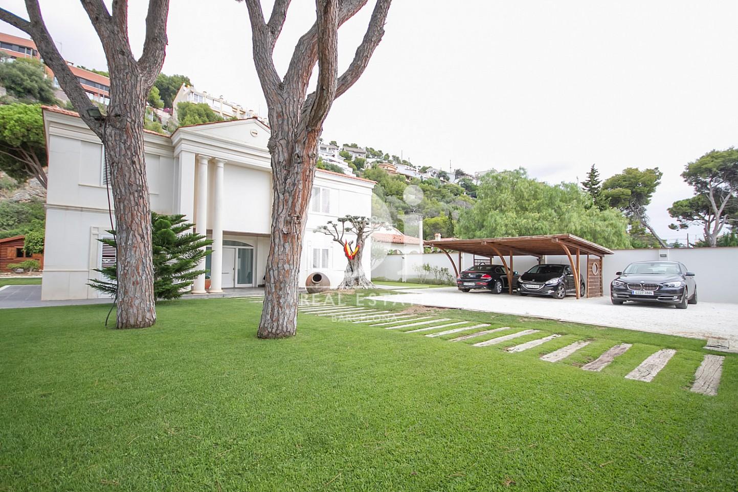 Gran jardí exterior i garatge