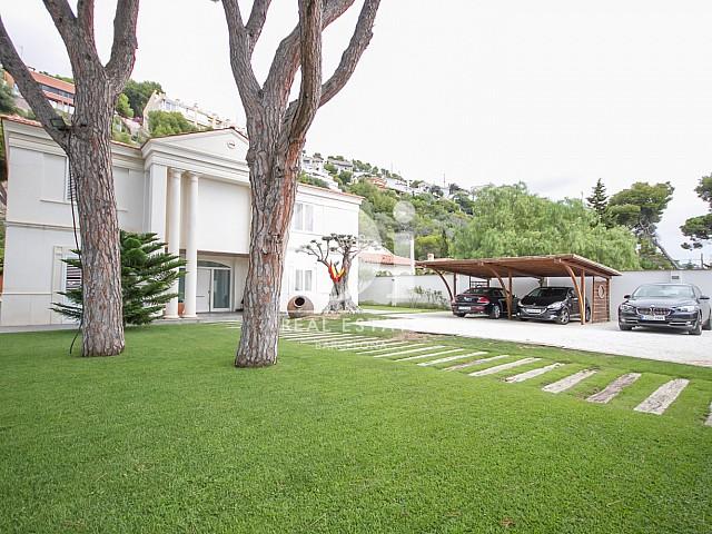 Garage dans une maison de luxe en vente à Sitges