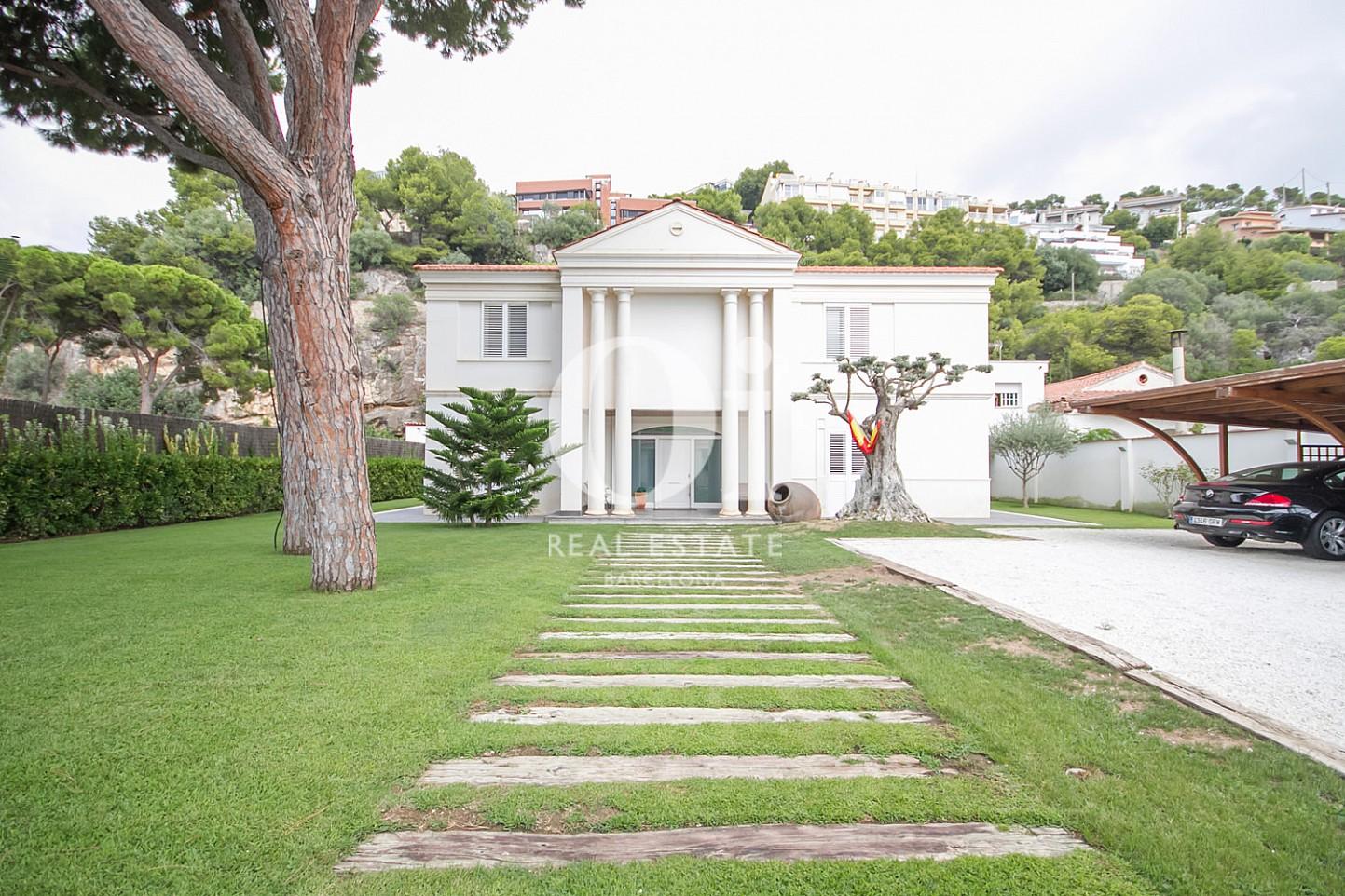 Vistes exteriors de la casa amb un gran jardí