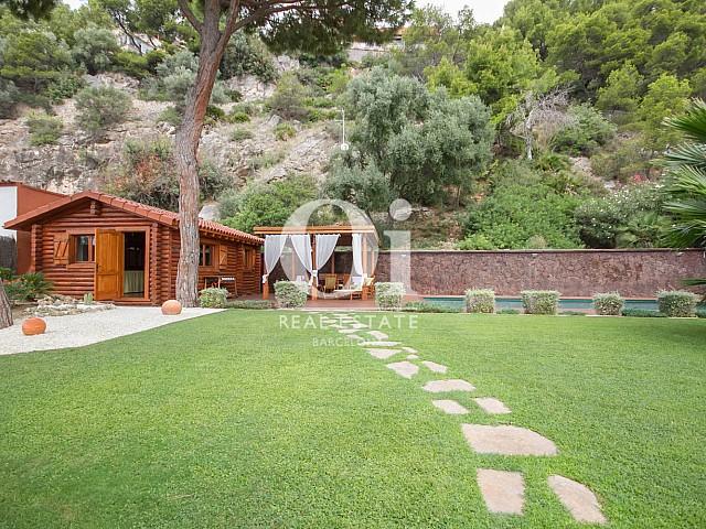 Cabane en bois au bord de la piscine dans une maison de luxe en vente à Sitges