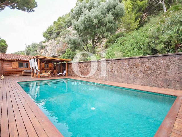 Gran piscina vorejada amb fusta d'Ipe