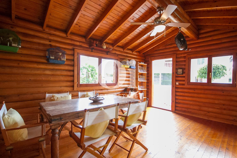 Interior de la cabana amb menjador