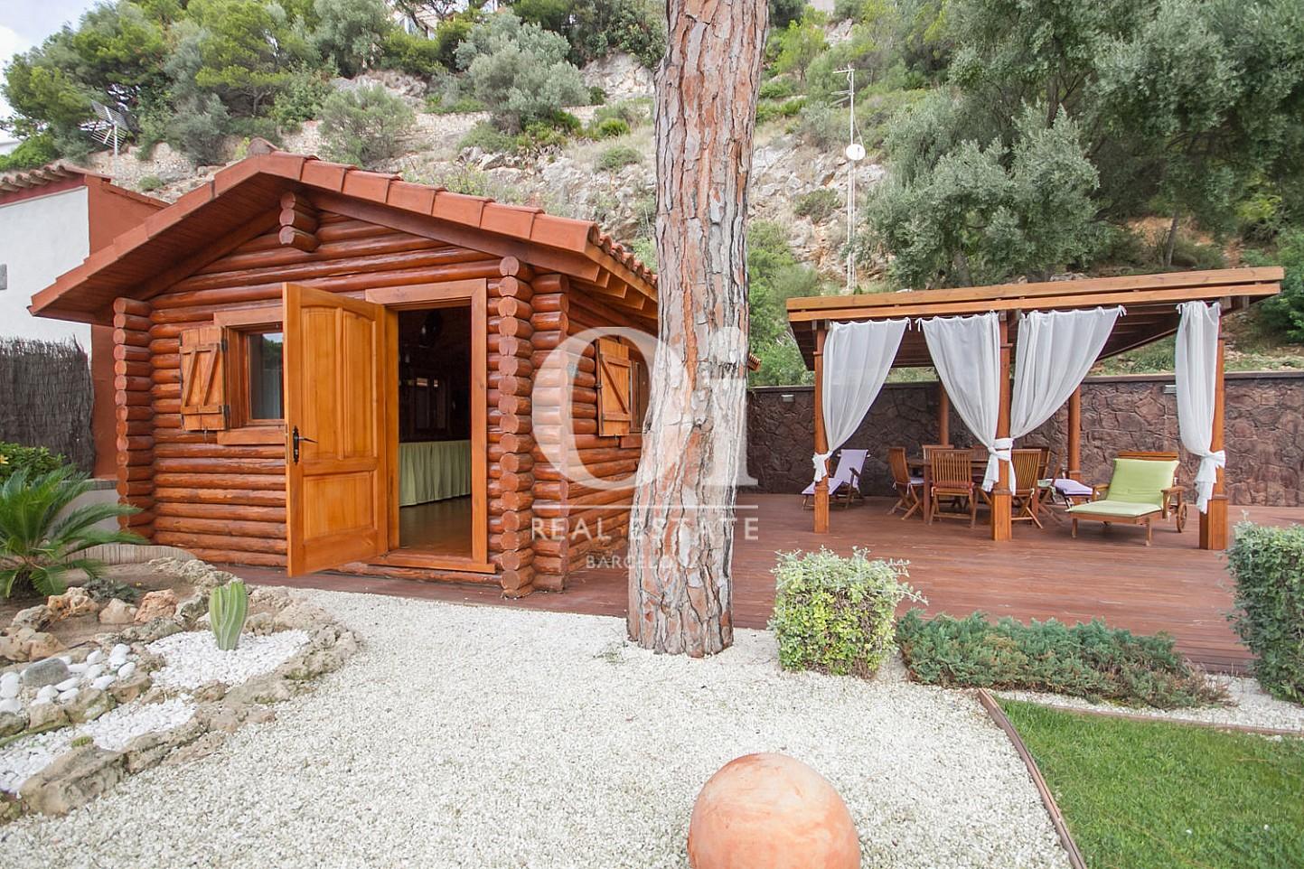 Вид снаружи маленького домика в саду в великолепном доме на продажу в Sitges