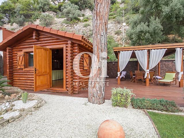 Cabane au bord de la piscine dans une maison de luxe en vente à Sitges