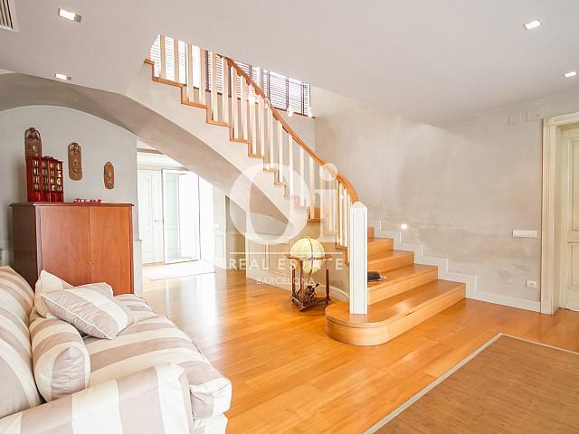 Escaliers en bois dans une maison de luxe en vente à Sitges