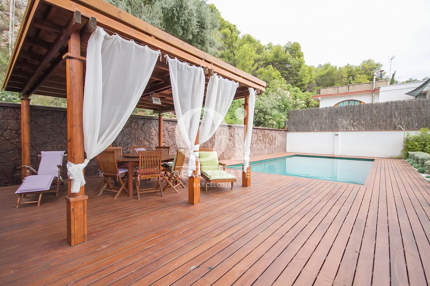 Zona de comedor de verano de casa en venta en Sitges