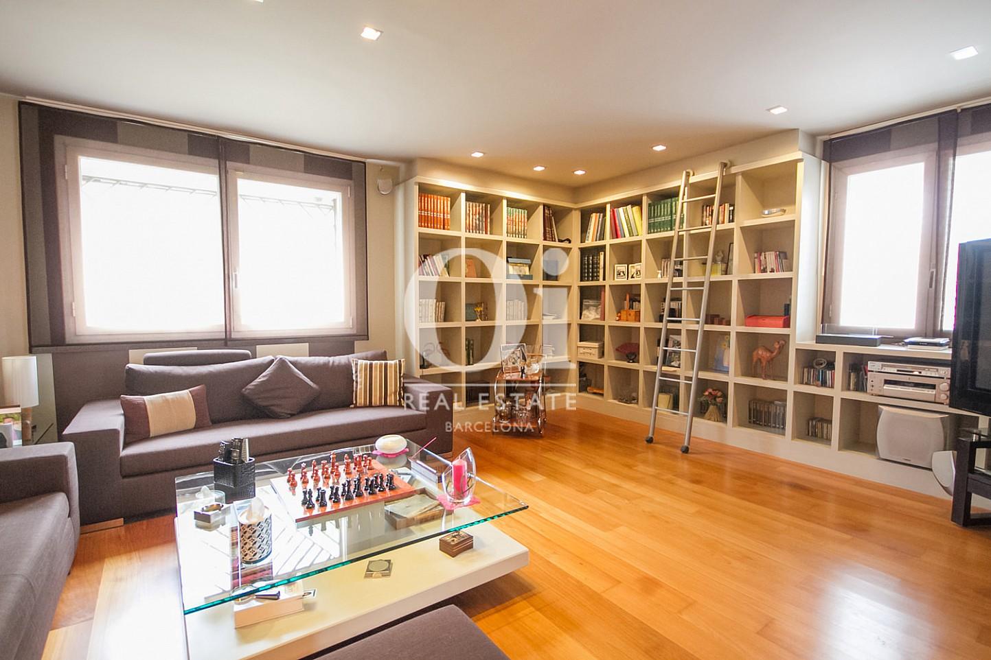 Вид гостиной с библиотекой в великолепном доме на продажу в Sitges
