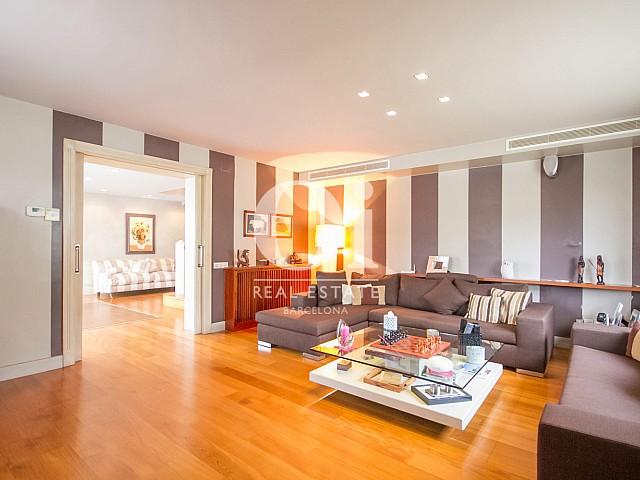 Salon spacieux et lumineux dans une maison de luxe en vente à Sitges