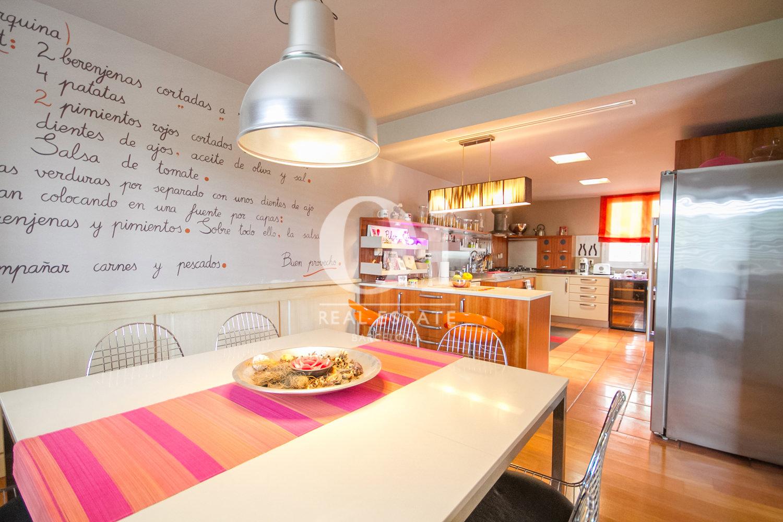 Вид прекрасной кухни в великолепном доме на продажу в Sitges