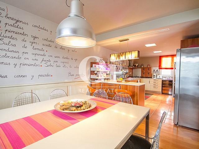 Cuisine moderne et équipée dans une maison de luxe en vente à Sitges