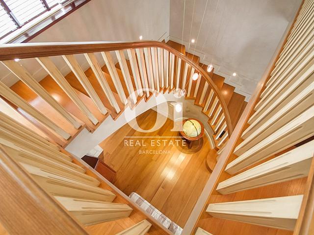 Вид лестницы в великолепном доме на продажу в Sitges