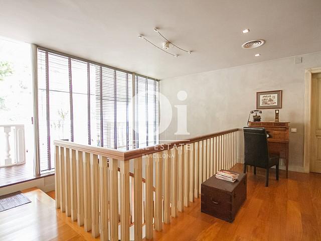 Baies vitrées illuminant l'étage dans une maison de luxe en vente à Sitges