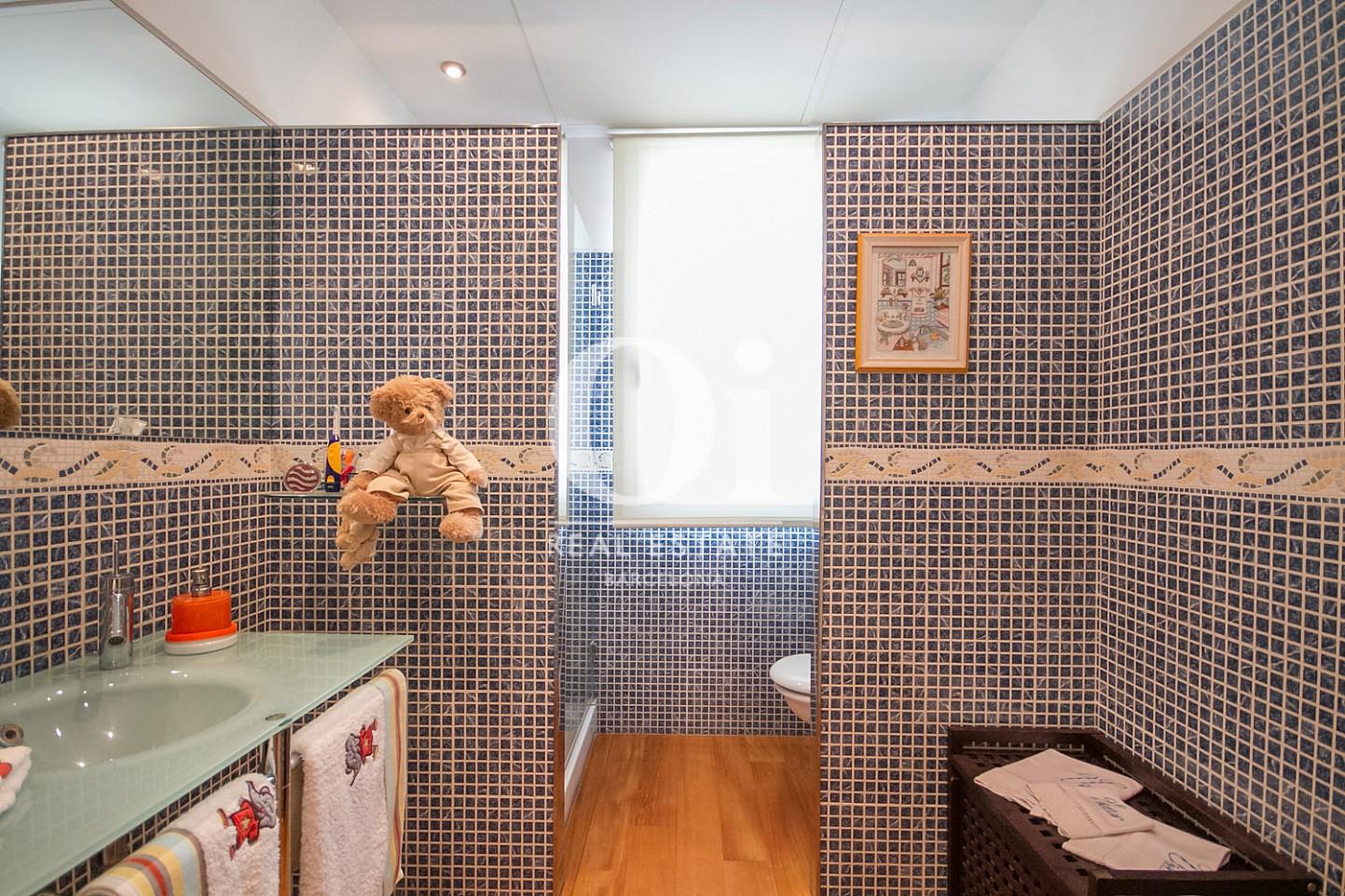 Вид ванной комнаты с душевой в великолепном доме на продажу в Sitges