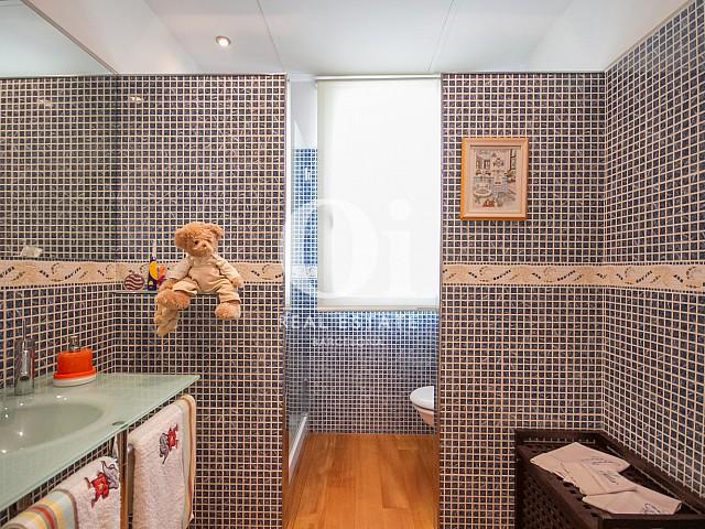 Belle salle de bain moderne dans une maison de luxe en vente à Sitges