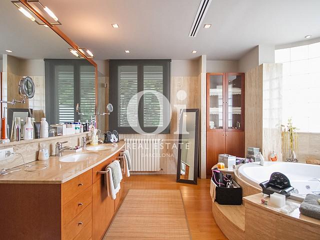 Вид ванной комнаты с ванной в великолепном доме на продажу в Sitges